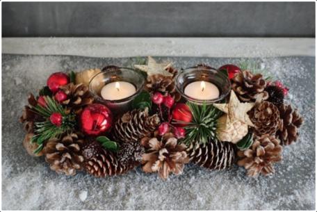 Kerststuk langwerpig rode ballen & bessen 2 theelichthouders decoratie 35 cm | NFT-85262 | La Galleria