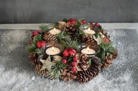 Kerstkrans 26 cm rond rood besjes kerstbal kerstster met 4 theelichthouders & dennenappels groene takjes | NFT-85258 | La Galleria